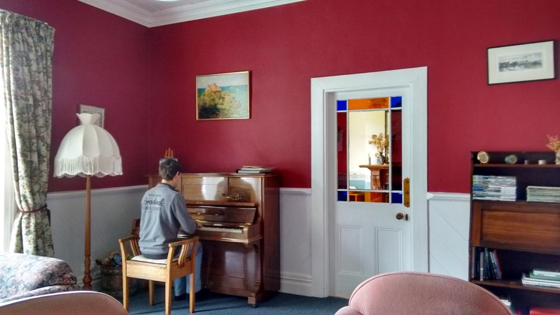 tom-NZ-banks_peninsula-halfmoon_cottage-piano